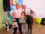 Семья Вялковых получила диплом и ценный падарок.